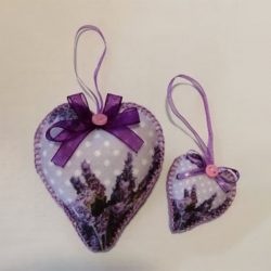 Lila levendula mintás szív alakú ajándék pöttyös háttérrel párban