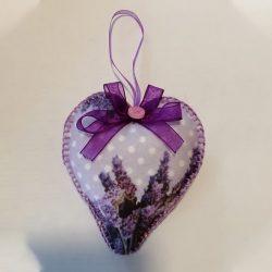 Lila levendula mintás szív alakú ajándék pöttyös háttérrel