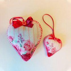 Rózsás rózsaszín szívecskék mintás szív alakú ajándék csíkos háttérrel